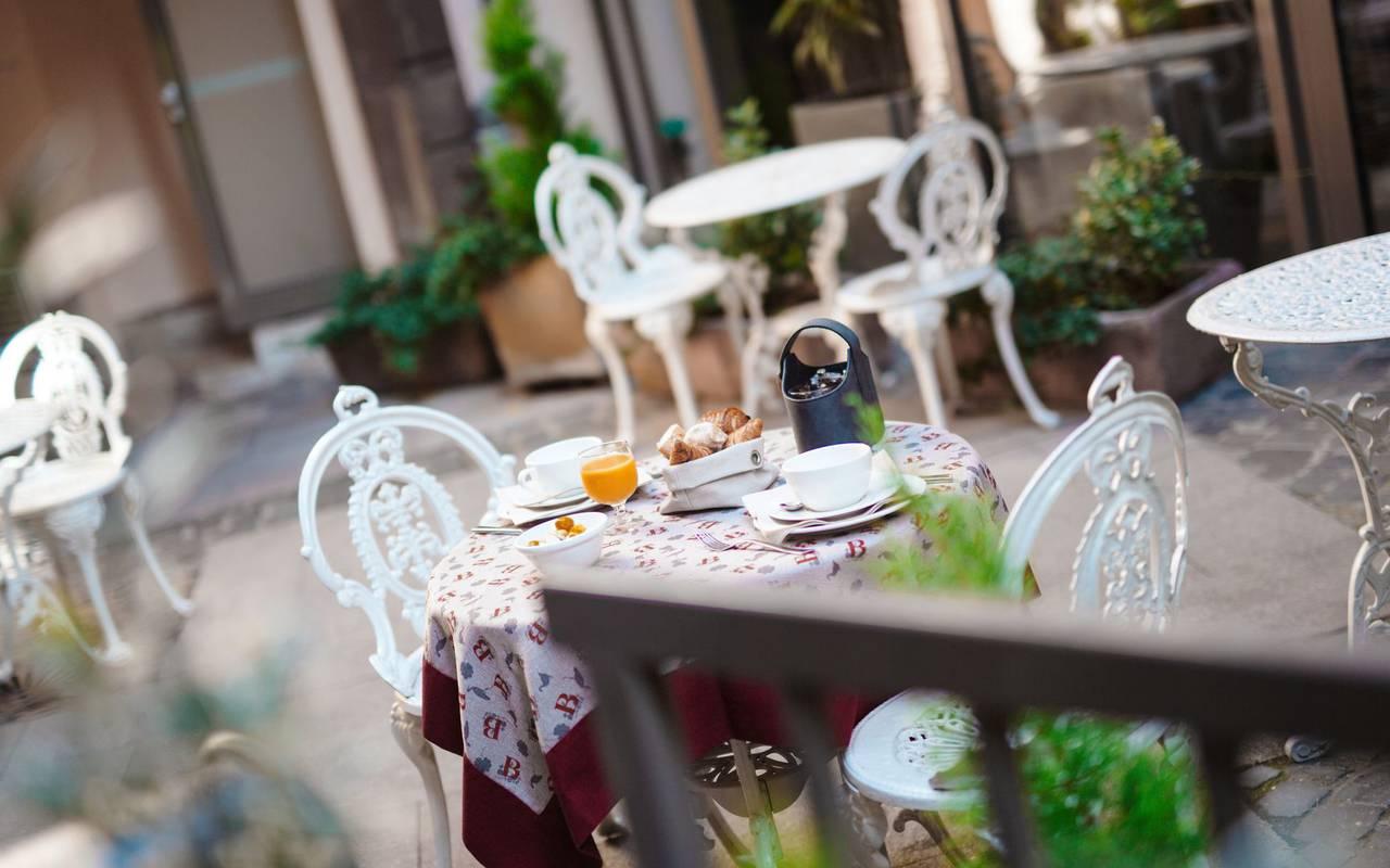 Petit-déjeuner en terrasse hôtel Alsace