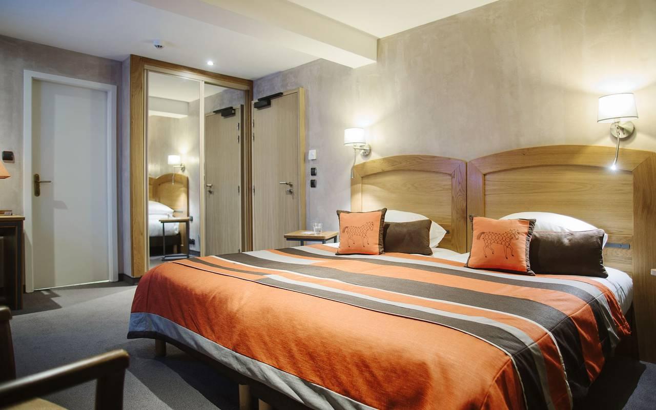 Chambre avec grand lit hôtel 4 étoiles strasbourg